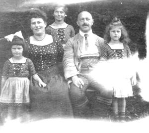 Sophie and Lothar Midas with their 3 daughters. Elsbeth, Auguste and Hilde (l to r)